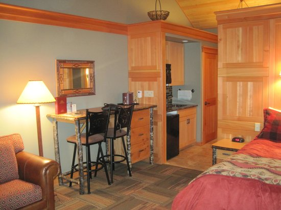 Alpine Village Cabin Resort - Jasper: Fridge and Microwave