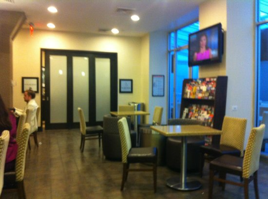 Hampton Inn Manhattan-35th St/Empire State Bldg: dining area -food station behind doors open in am