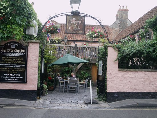 The City Arms: pub courtyard