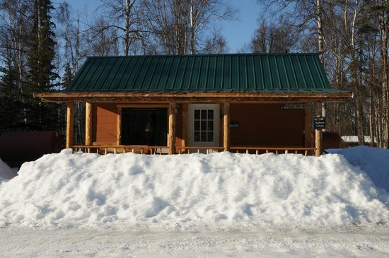 Meandering Moose Lodging: Outside View of Munchin Moose Cabin