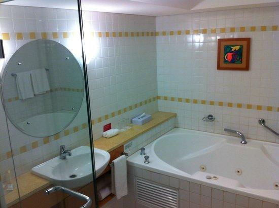 Crowne Plaza Perth: Corner Jacuzzi Room, Large Bathroom