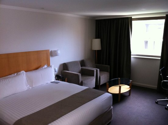 Crowne Plaza Perth: Corner Jacuzzi Room, Bed Area