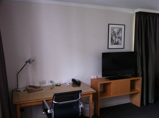 Crowne Plaza Perth: Corner Jacuzzi Room, Desk Area