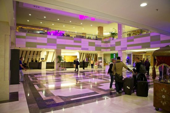 The Green Park Pendik Hotel & Convention Center: Lobby (changing color lights)
