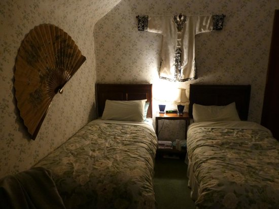 Brooklynn Guest House: Our cozy twin-bed room