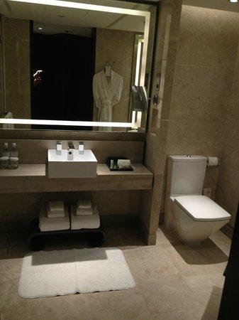 Singapore Marriott Tang Plaza Hotel: Bathroom