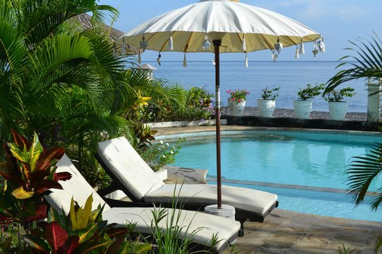 Kembali Beach Bungalows: By the pool