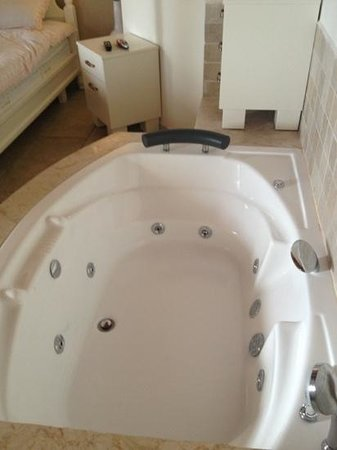 Old City Inn: the partially working hot tube