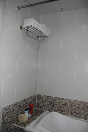 Gulf Oasis Hotel Apartments: main bathroom