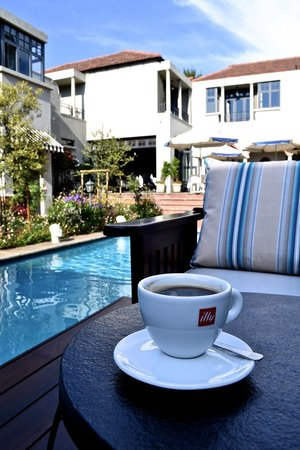 The Winston Hotel: Morning Coffee at the Pool