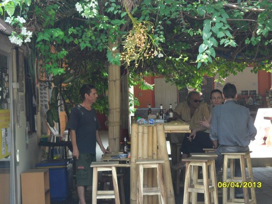 Chiangmai Moli Boutique Hostel: le bar a gauche stephane le patron de la guest