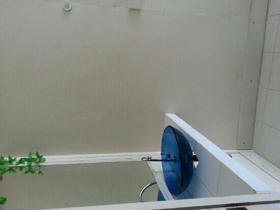 Phi Phi Beach Front : lavabo au fonds de la chambre