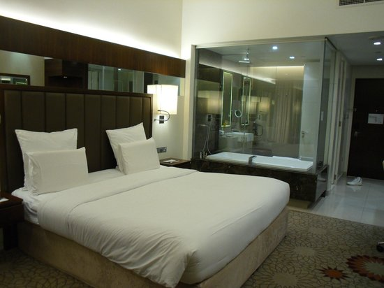 Sheraton Dubai Mall of the Emirates Hotel: The Bedroom is separated from the bathroom/toilet by the glass panel