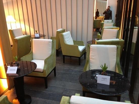 Mercure Paris Champs Elysees: salon petit déjeuner ouvert sur la terrasse un délice le matin