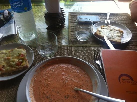 Chilliout Cafe Cherai beach: gazpacho et bruschetta au bord de la mer !!