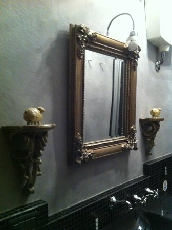 The Black Sheep Bed and Breakfast: Vintage mirror