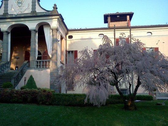 Coccaglio, Italy: scorcio villa a primavera