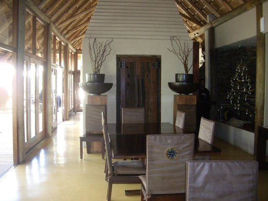 Etali Safari Lodge: Dining area leading to terrace