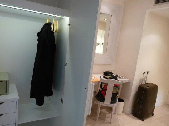 โรงแรมเมอร์เคียว มาดริด ซานโต โดมิงโก: bureau et penderie de la chambre