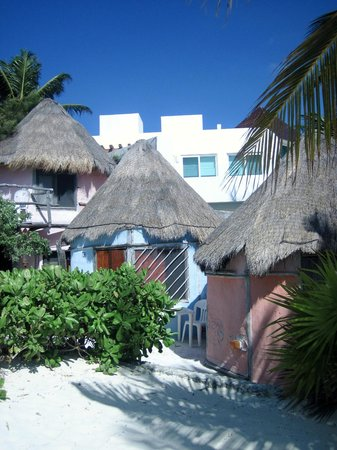 Acamaya Reef : cute cabanas