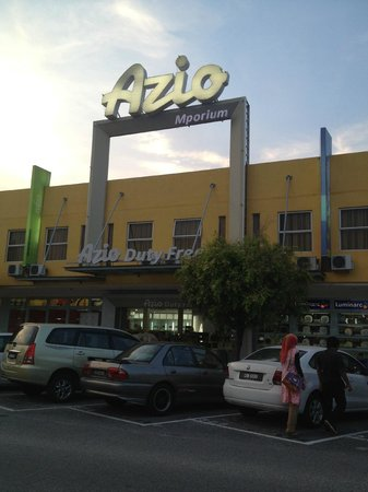 Azio Hotel: Duty free next to the hotel