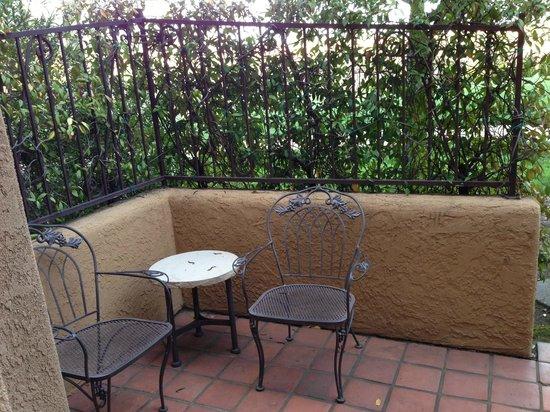 Vintners Inn: Small patio outside room