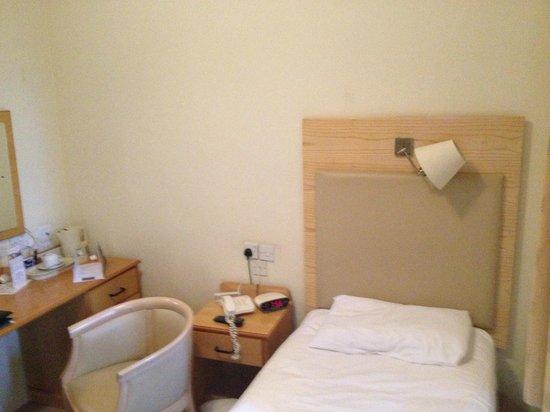 New County Hotel: Short and narrow single (!) bed