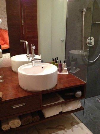 Hotel Rathaus Wein & Design: Bagno con doccia