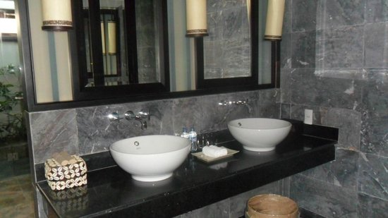 Ana Mandara Hue: lovely bathrooms