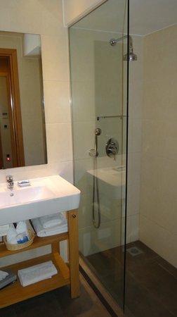 The Athens Gate Hotel: Bathroom