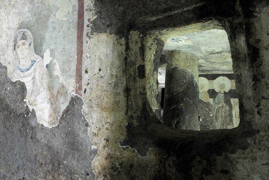 """Necropoli Sant'Andrea Priu: L'interno della """"Tomba del capo"""""""