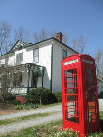 Afton Mountain Bed & Breakfast: Loved the old time telephone booth out front!