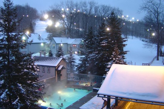 Caberfae Peaks: The view of the slopes and the pool from the 3rd floor balcony of the MacKenzie Lodge