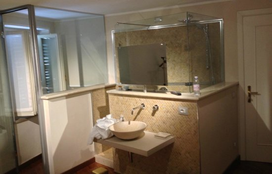 B&B Luxory Verona - Villa Baietta: great bathroom in the room - the mirror is a TV