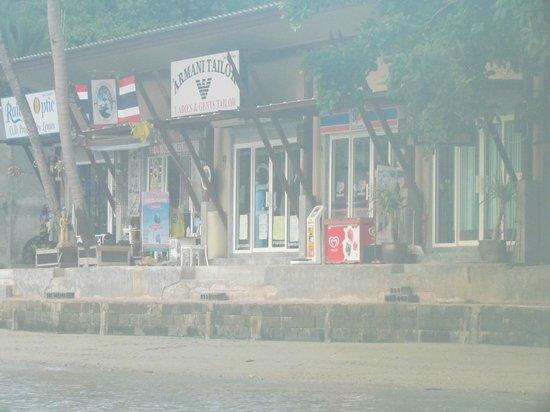Sunrise Tropical Resort: Store fronts next door (w/ mini mart)