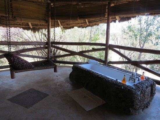 Mara Timbo Camp: Tub and Hamoc on terrace