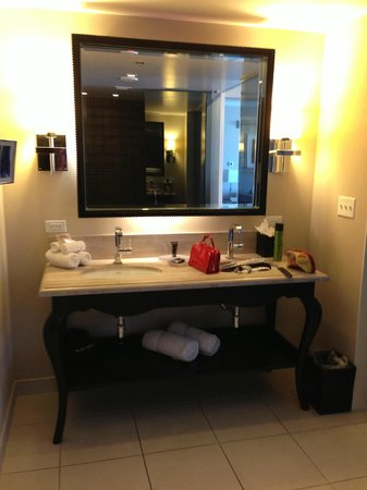 Hard Rock Hotel and Casino: Double sinks in Bathroom