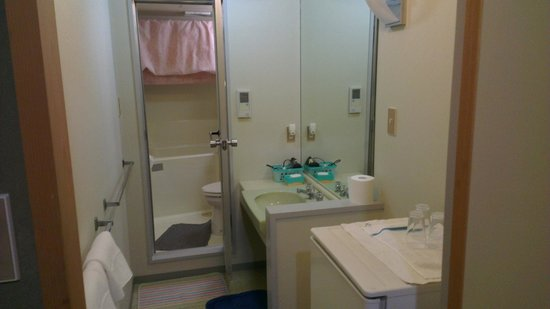 Ryokan Yamazaki: bathroom includes two washing basins, fridge and hairdryer