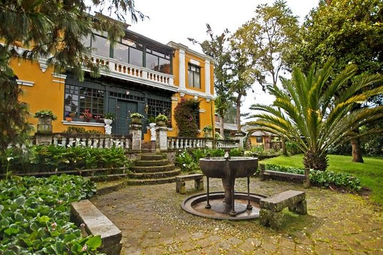 Hacienda La Alegria: Front Patio