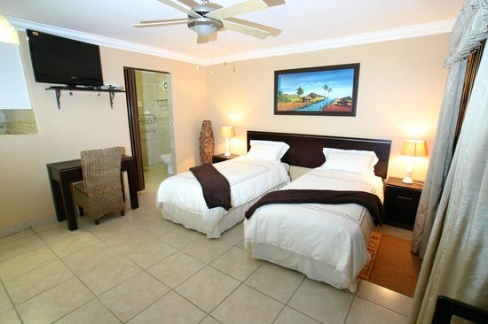 Lapa Lighthouse B&B : Golden Zebra suite 2-Twin beds Flat screen TV DSTV Limit towel heaters shower Mini Bar(cash)