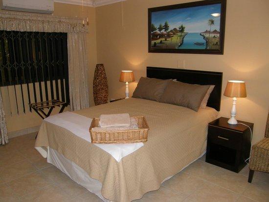 Lapa Lighthouse B&B : Golden Giraffe suite 3-Double bed Flat screen TV DSTV Limit towel heaters shower Mini Bar(cash)