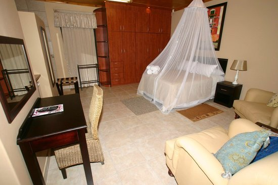 Lapa Lighthouse B&B : Honeymoon suite5-King bed Flat screen TV DSTV Limit towel heaters twin shower/basin Mini Bar(cas