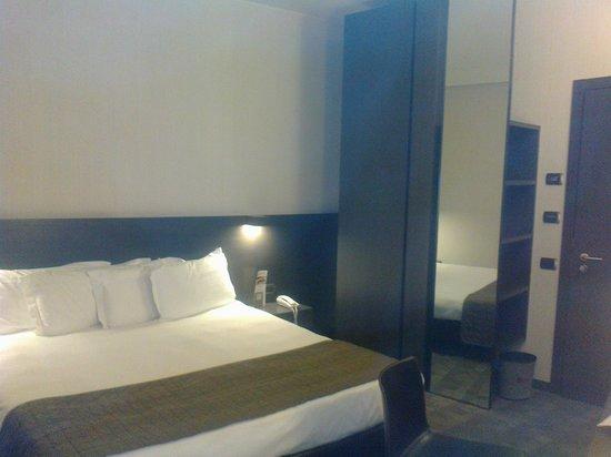 Hotel Ovest : A huge king-size bed