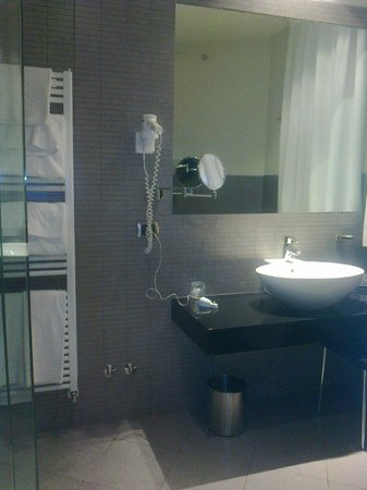 Hotel Ovest : Perfectly equipped bathroom