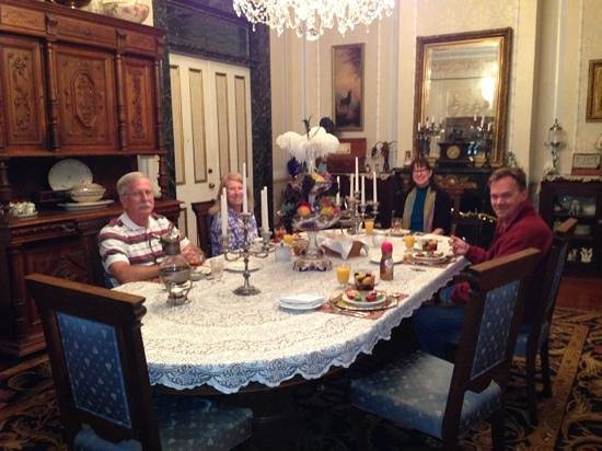 Antebellum Guest House: Breakfast with the other guests!