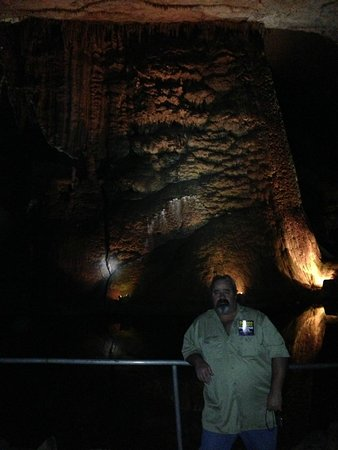 Cathedral Caverns State Park: Me in front of Goliath (45' high and 243' around)