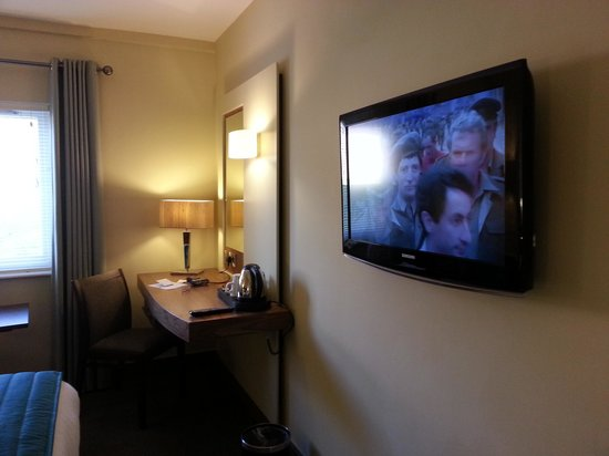 Cedar Court Hotel Wakefield: mounted LCD tv with work station.