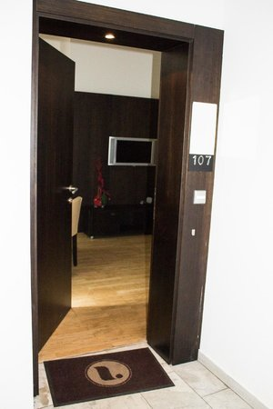 The Levante Laudon: Door to room