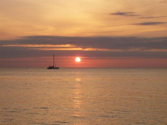 Henry Morgan Beach Resort: Sunset in Roatan