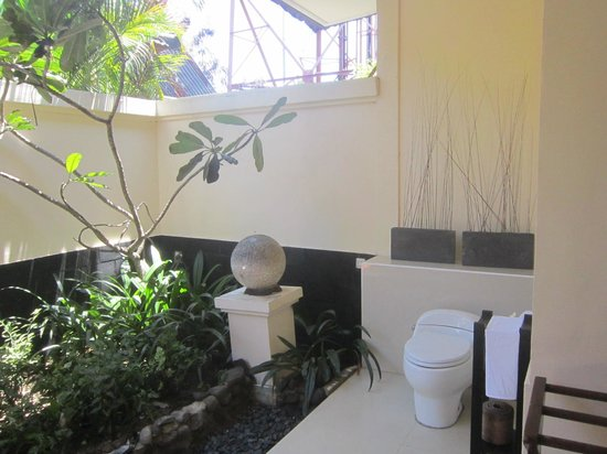 Hotel Vila Ombak: bathroom in the garden :)